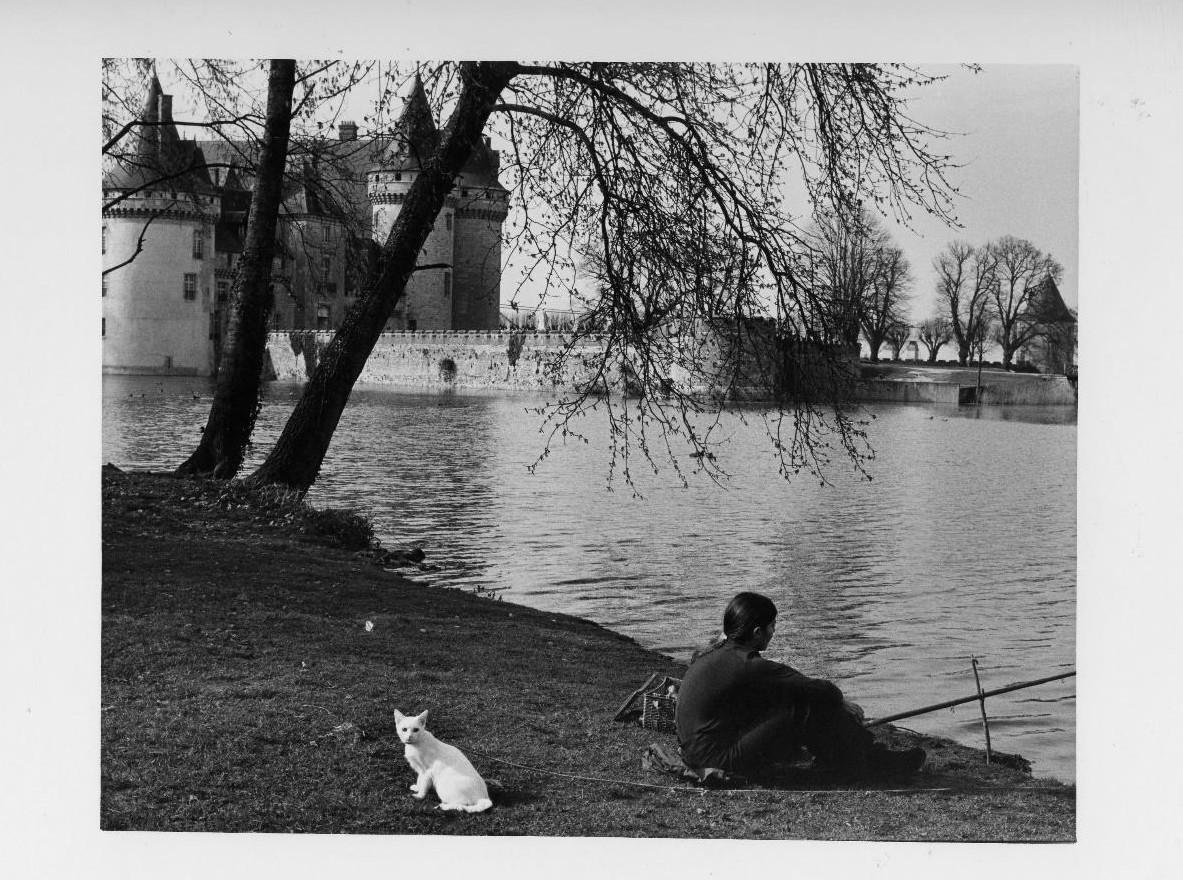Chat blanc et jeune fille brune pêchant dans les fossés du château de Sully-sur-Loire